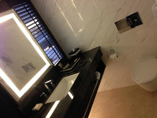 Fairmont Singapore: Bathroom Counter