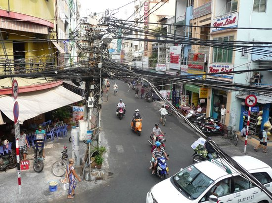Vinh Chung Hotel: A view down to our breakfast Restraunt on corner