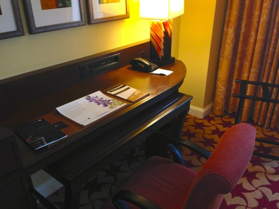 JW Marriott San Antonio Hill Country Resort & Spa : desk:  mobile counter pushed in