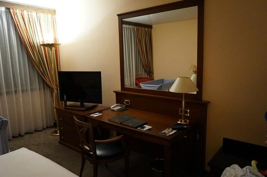 Hilton Strasbourg: View of the desk and the TV