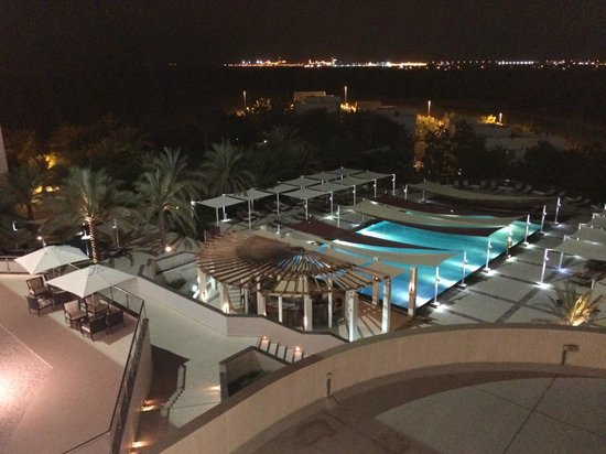 Crowne Plaza Sohar: Pool at night from room
