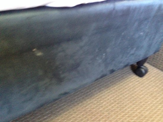 Ibis Budget St Peters: Snot marks on side of bed.