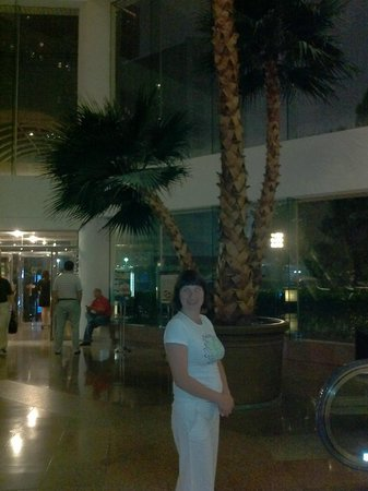 Landmark Towers Hotel: вечером в фойе. на улице гроза