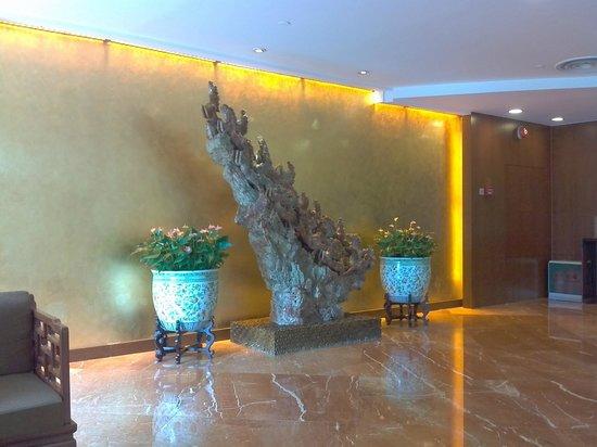 Landmark Towers Hotel: инсталляция в зоне вай-фай
