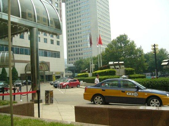 Landmark Towers Hotel: территория у входа в отель