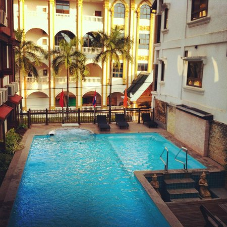 Chanthapanya Hotel: Swimming pool area on the upper floor