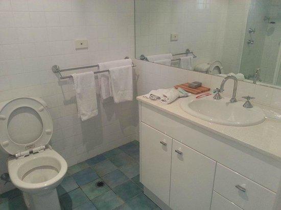 Terrigal Pacific Coastal Retreat: Decent bathroom, although a little dated