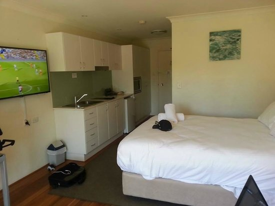 Terrigal Pacific Coastal Retreat: Kitchenette with convection microwave and cooktop