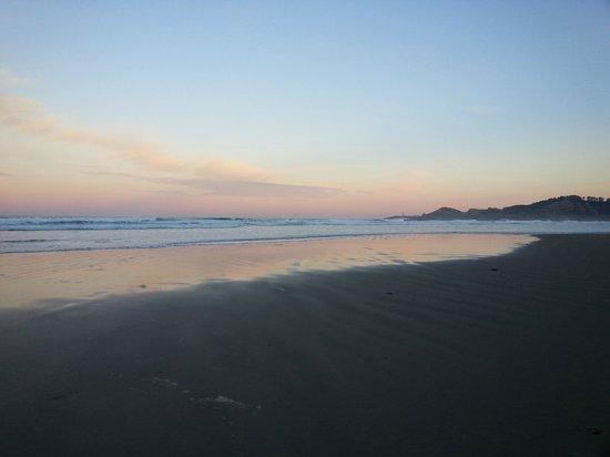 Ocean House Bed and Breakfast : Sunrise on beach below inn