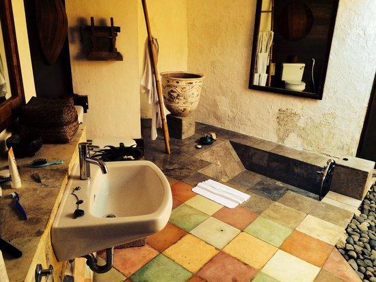 kaMAYA Resort and Villas : Open air bathroom