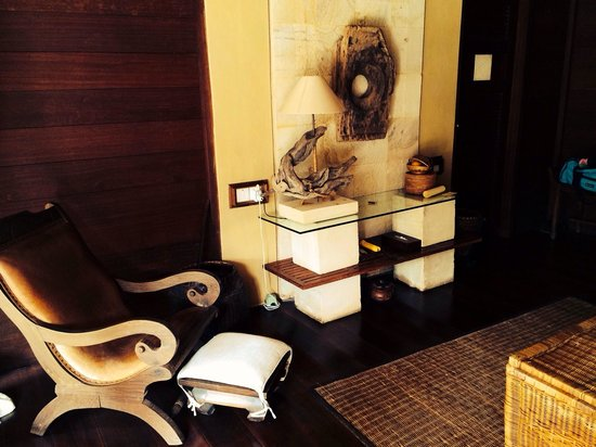 kaMAYA Resort and Villas: Living area Lanai room with pool.