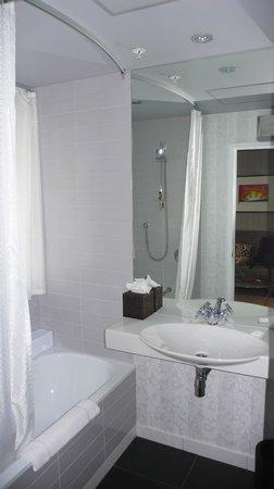 DoubleTree by Hilton Hotel Queenstown: Bathroom