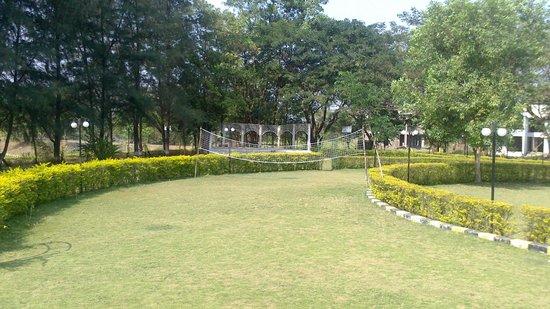Greenarth Lakeview Resort: lawns/ garden