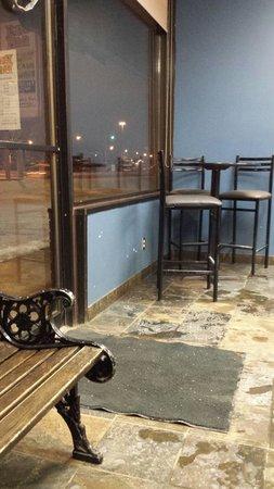 Pepi's Pizza: Waiting area