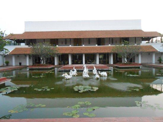 Sukhothai Heritage Resort: レストラン前