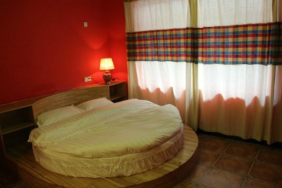 Guanjinglou Hotel: Romantic round bed room