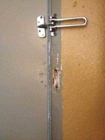 Hotel Aspen InnSuites Flagstaff / Grand Canyon: Broken latch... can't lock the door!