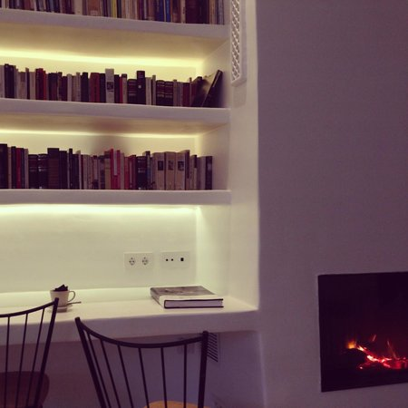 HM Balanguera: Library and fireplace in the Dining Room