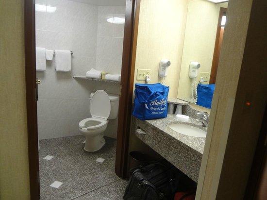 Drury Inn & Suites Birmingham Lakeshore Drive: nice big clean bathroom