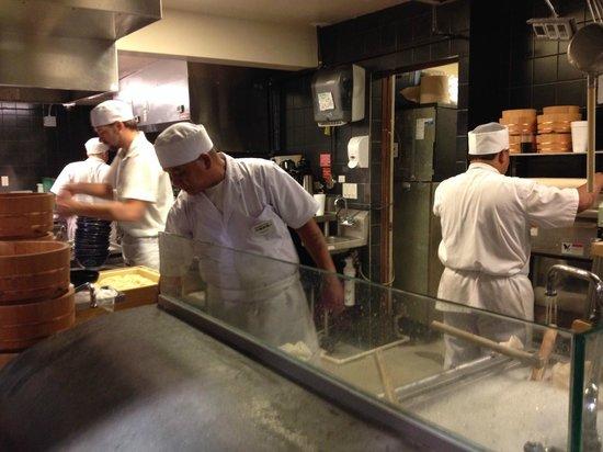 Marukame Udon Waikiki: Na fila, o pessoal preparando os noodles