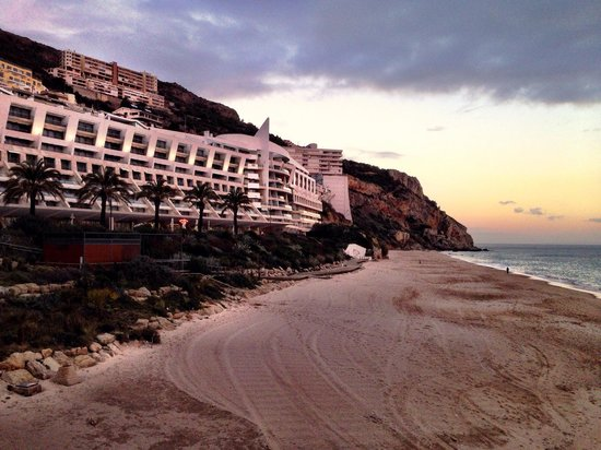 Sesimbra Hotel & Spa: View from beach at sunset