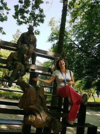 AC Hotel Porto: парк со смеющимися мужчинами