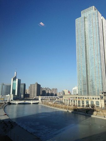 The St Regis Tianjin Hotel : Blick nach Westen über den Fluss