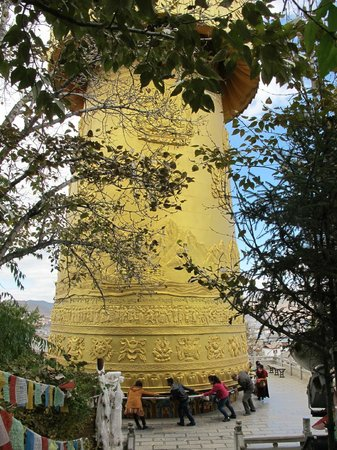 Guishan Park : Huge prayer wheel (we helped to push)