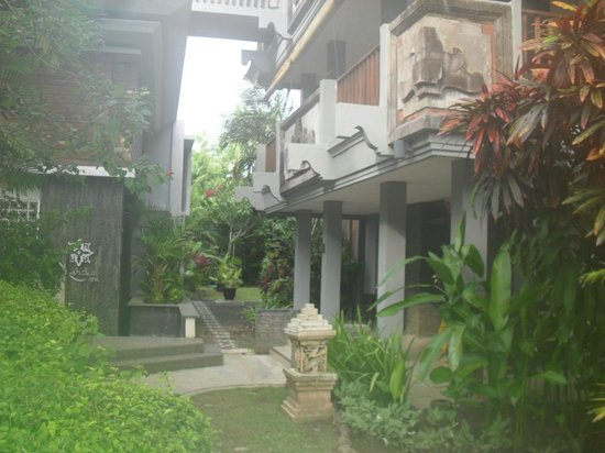 Bali Dynasty Resort : Coming out of North Pool Wing