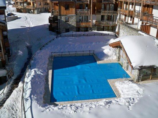 Residence Club mmv Le Hameau des Airelles : Vue de la piscine extérieure chauffée