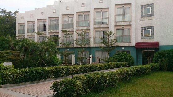 Silvermine Beach Resort: Hotel exterior