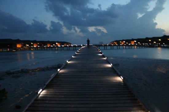 Medhufushi Island Resort: Bridge to water-villas