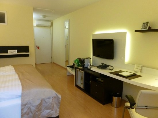 Hotel Spalentor Basel : The entrance and extra facilities in the room (minibar, coffee machine ...)