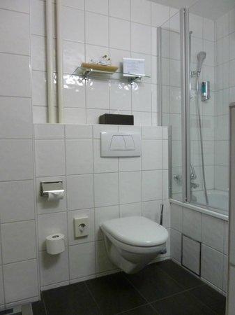 Hotel Spalentor Basel : Clean and modern bathroom