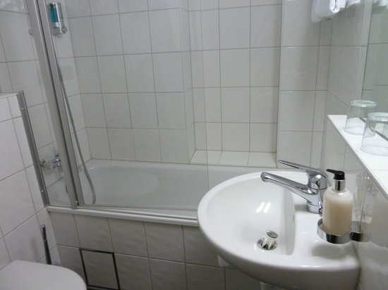 Hotel Spalentor Basel : Clean, modern bathroom with a good shower