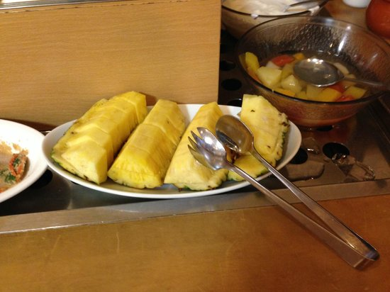 Hotel Route Inn Naha Asahibashi-eki Higashi: 朝食に生のパイナップルが出て来た!
