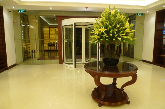 Hilton Garden Inn Hanoi: Lobby view of Main Entrance Revolving Door