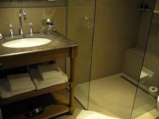 New Hotel Roblin La Madeleine: お風呂はシャワーのみ。シャワーブースに扉が無く気を使いました。。。