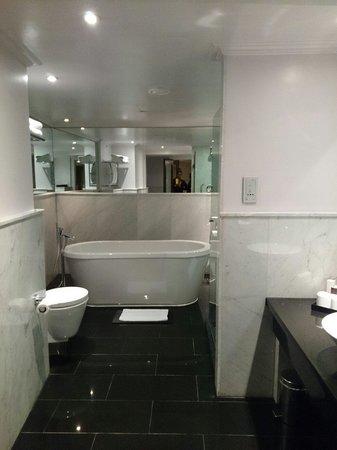 The May Fair Hotel : Bathroom - room 601