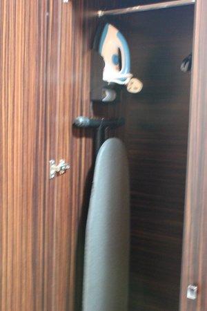 Marmara Hotel Apartments: Гладильная доска с утюгом