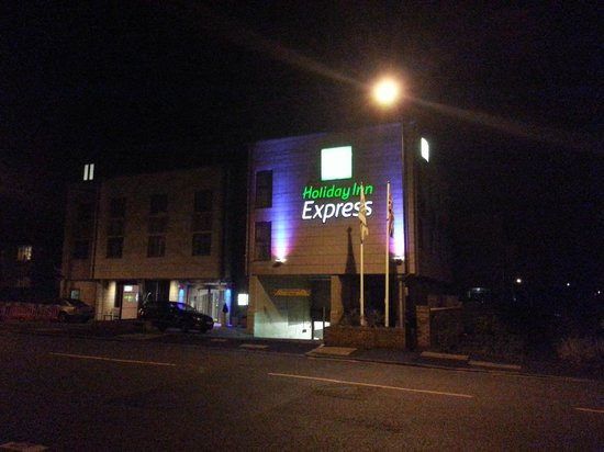 Holiday Inn Express Windsor: Exterior at Night