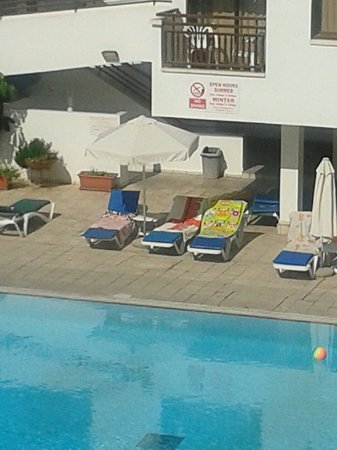 Sofianna Hotel Apts. : Plenty of sunbeds.