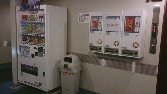Shinjuku New City Hotel: エレベーター前の販売機