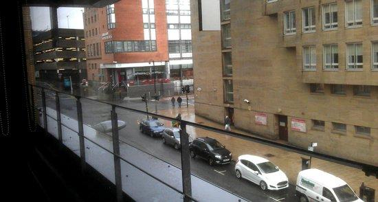 Premier Inn Glasgow City Centre Buchanan Galleries Hotel: Looking left from Restro. Buchanan St buses, 1min walk away
