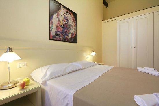 Relais Martinez Florence: camera da letto con armadio spazioso e funzionale