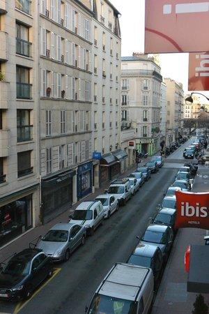 Ibis Paris Levallois Perret : Vue de la chambre