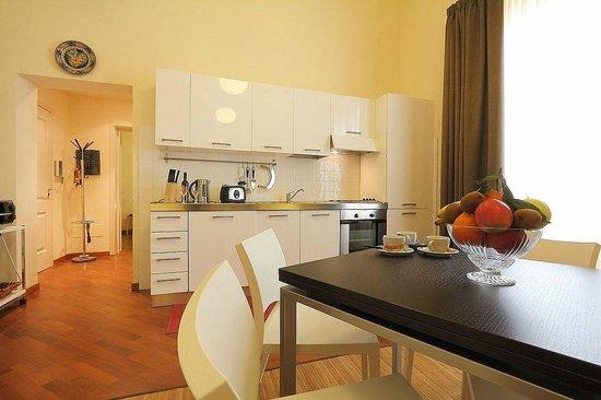 Relais Martinez Florence: zona soggiorno con grande cucina attrezzata
