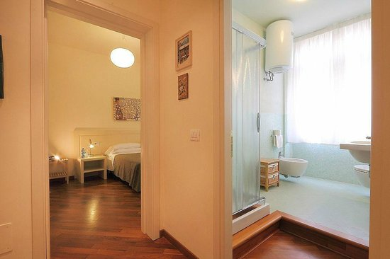 veduta di insieme camera da letto e bagno - Foto di Relais Martinez ...