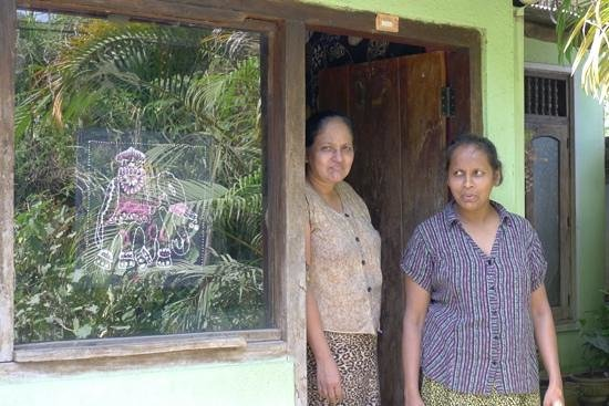 Green View Holiday Resort: lady who makes her own batik nearby