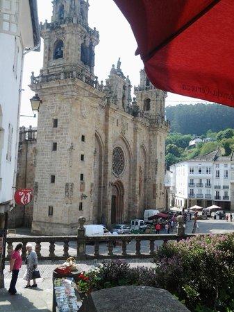 Catedral de Mondoñedo: Vista de la catedral desde la terraza de un bar de la plaza